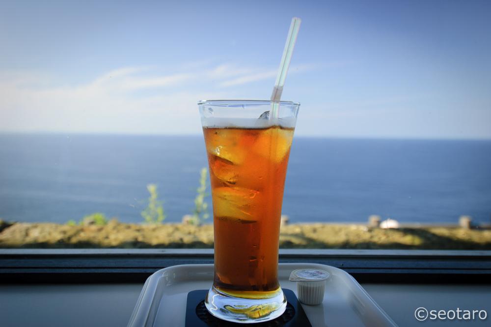 併設されている喫茶でお茶をする。眼前に広がる日本海とすぐ近くまで飛んでくるトンビを眺めながらボケーとします。今日は隠岐の島影がよく見えました。
